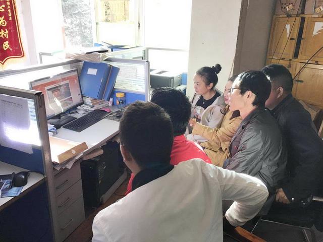 6.109队挂职巴塘国土局技术干部在办公室收看十九大_exposure_调整大小.jpg
